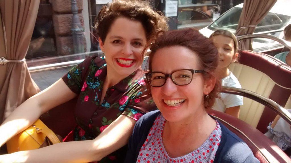 Illustratorin Nina Dulleck mit Autorin Margit Auer (rechts) im Schulbus @Carlsen