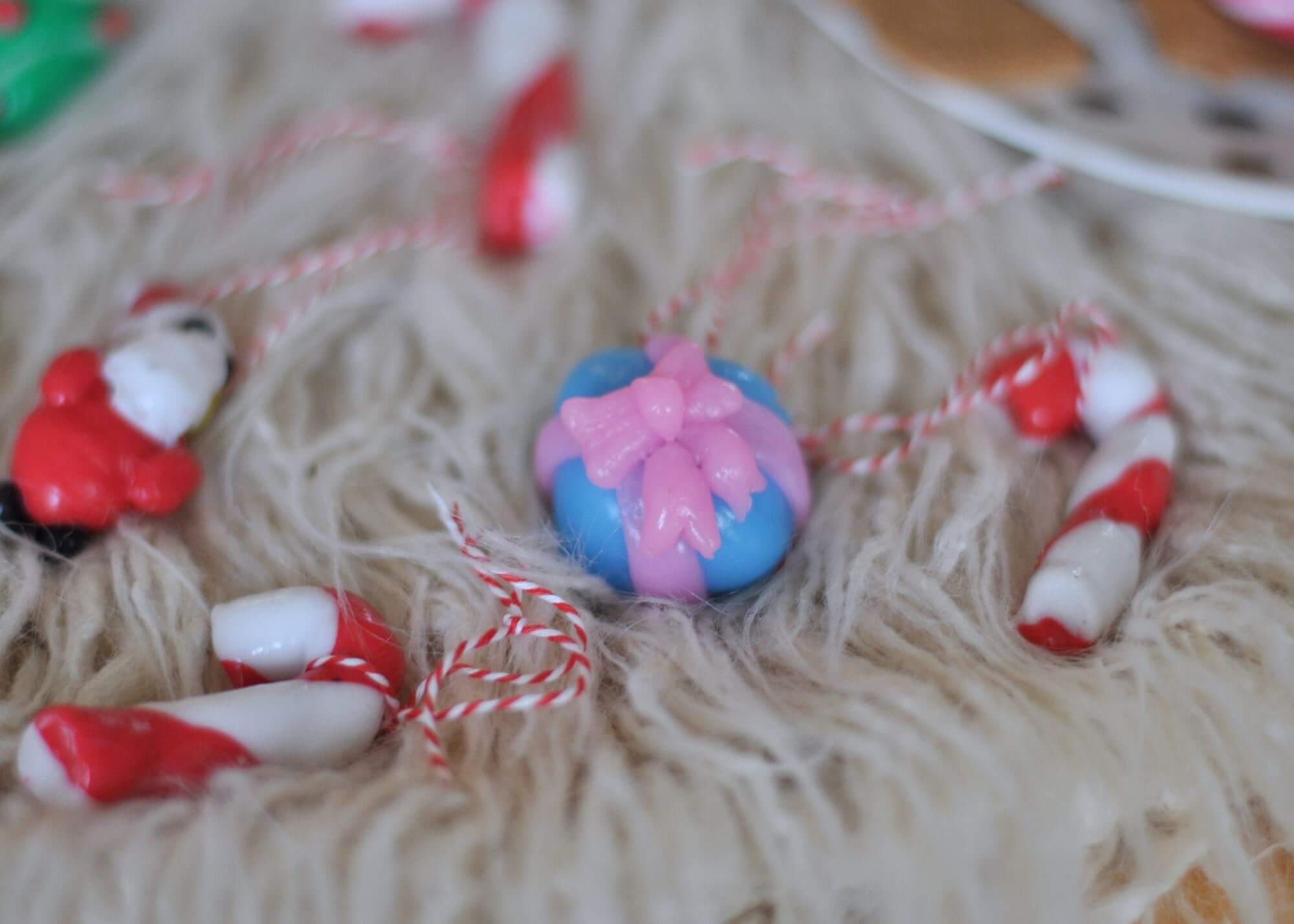 Weihnachtsschmuck aus Knete - so gelingt dir schöner Baumschmuck aus Silikonknete #weihnachten #diy #basteln #knete #baumschmuck #anhänger #kinder #backen #deko