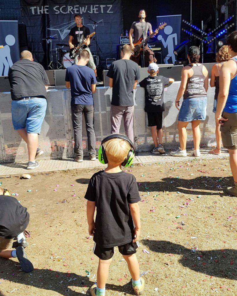 Mit Kindergarten- und Schulkind auf ein Festival? Kein Problem. Oder soll es zu einem Hallenkonzert gehen? Ich gebe Tipps für den Konzertbesuch mit Kind #konzert #musik #festival #openair #kinder