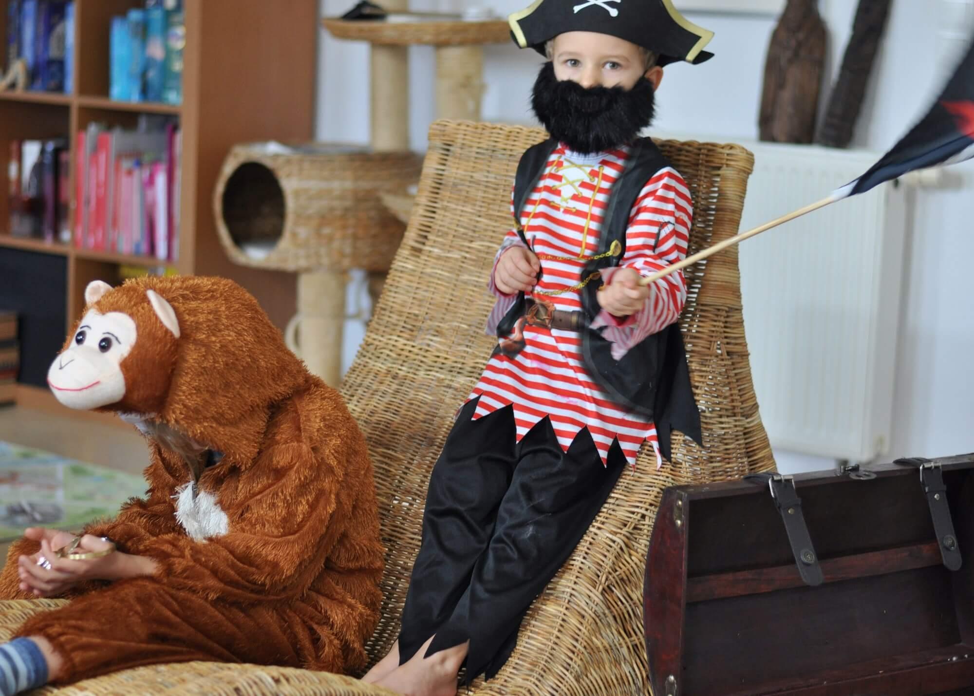*Werbung * Ich hasse Fasching. Warum ich als Faschings-Muffel-Mama trotzdem weiß, wo es richtig tolle Kinderkostüme zu kaufen gibt und was in eine coole Verkleidungskiste gehört? #karneval #fastnacht #verkleiden #fasching #kostüm #kinder #affe #pirat