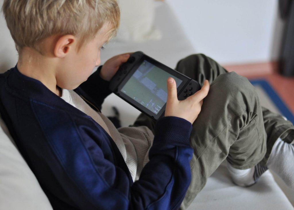 Warum die Nintendo Switch für Kinder ab 8 Jahren geeignet und die absolute Spielekonsole für Familien ist. #nintendo #switch #zocken #medien #medienkonsum #kinder #grundschule #gamen #kontroller #altersbeschränkung #medienkompetenz