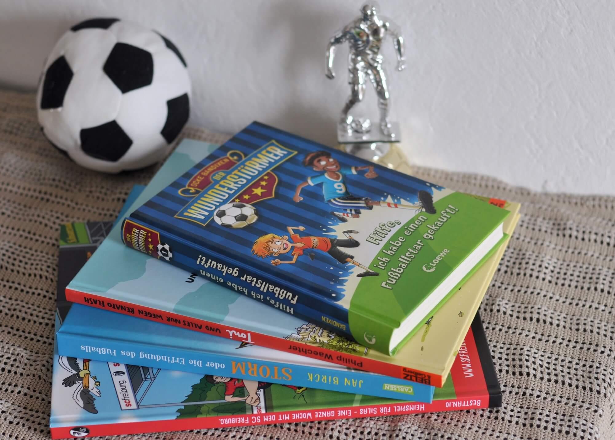 Ob personalisiertes Bilderbuch, Comic, Reihe oder klassisches Kinderbuch - es gibt richtig tolle Fußballbücher. Vier davon stelle ich euch vor. #kidnerbuch #fußball #buch #lesen #vorlesen #comic