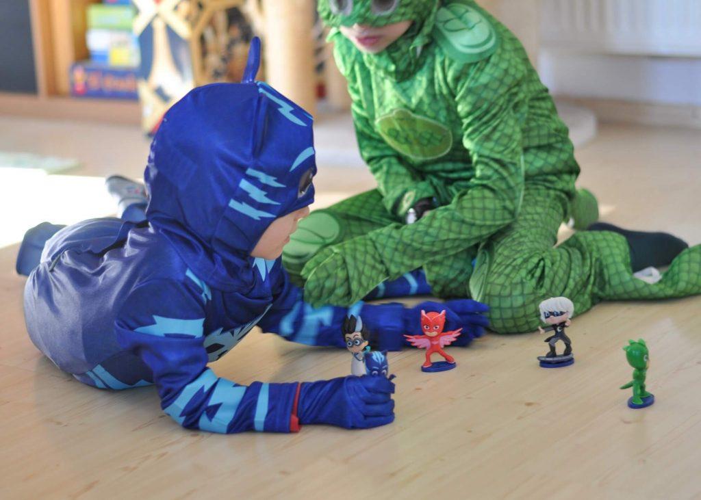 Hier findest du Ideen für die PJ Masks-Party. Mit wenigen Accessoires zu Gecko, Eulette und Catboy werden und an Fasching, zum Geburtstag oder daheim zum Superhelden werden. #pjmasks #pyjamahelden #verkleidung #fasching #rollenspiel #spielen