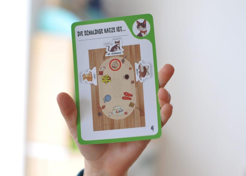 Mit diesem Logikspiel lösen kleine Detektive tierische Missgeschicke von 6 frechen Hauskatzen auf. Hinweise auf den Aufgabenkarten müssen kombiniert und die mutmaßlichen Täter auf dem Spielbrett arrangiert werden. Fördert logisches Denken! #spiel #logik #kind #detektiv #katze #lösung #verbrechen #spurensuche