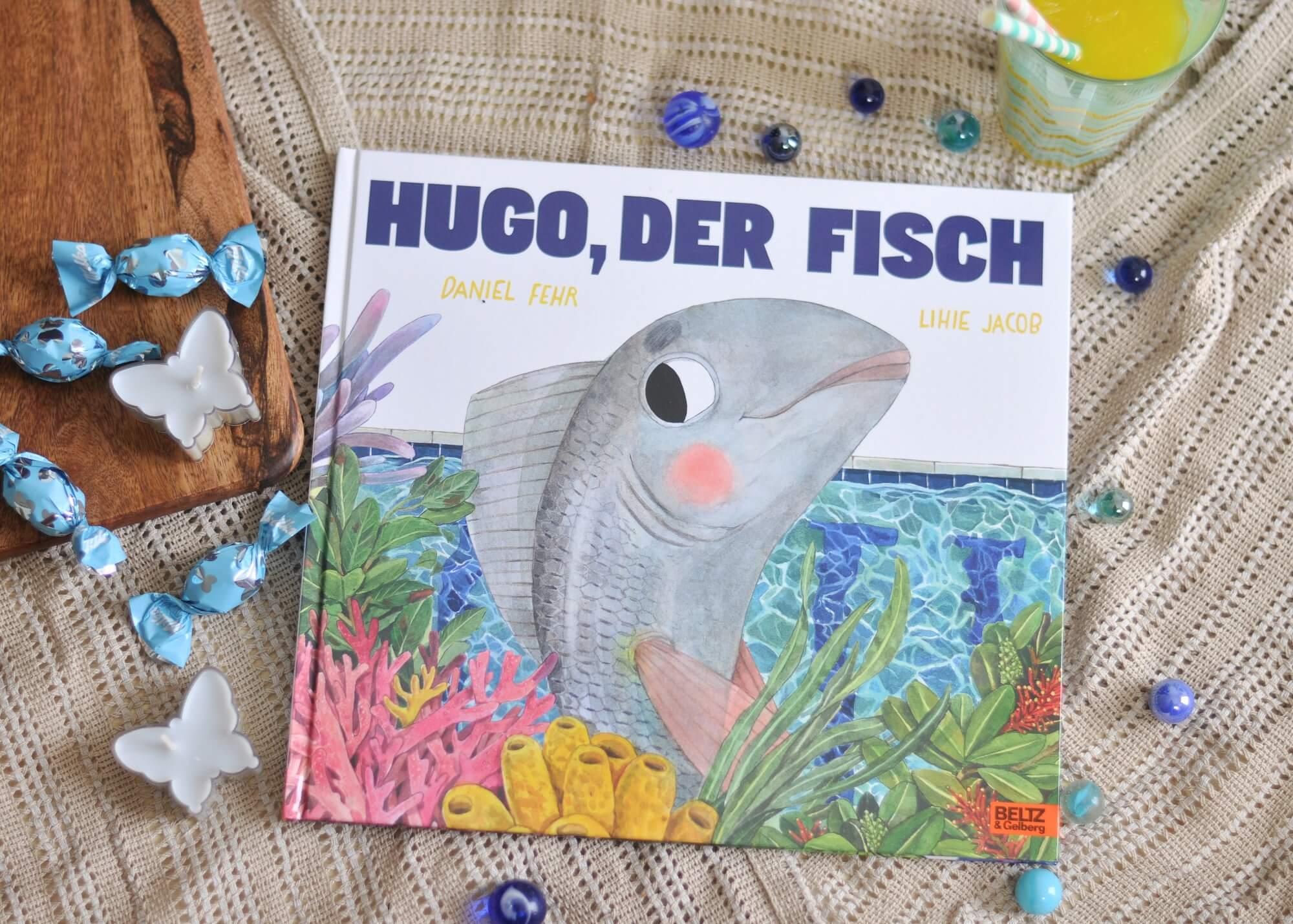 In Hugo, der Fisch von Daniel Fehr wird mit einer riesen Portion Humor und leuchtend skurrilen Bildern auf das Thema Scham eingegangen. Und dass es auch vollkommen ok ist, gegen den Strom zu schwimmen. #hugo #fisch #kinderbuch #scham #lesen #vorlesen #schwimmen #baden #sommer