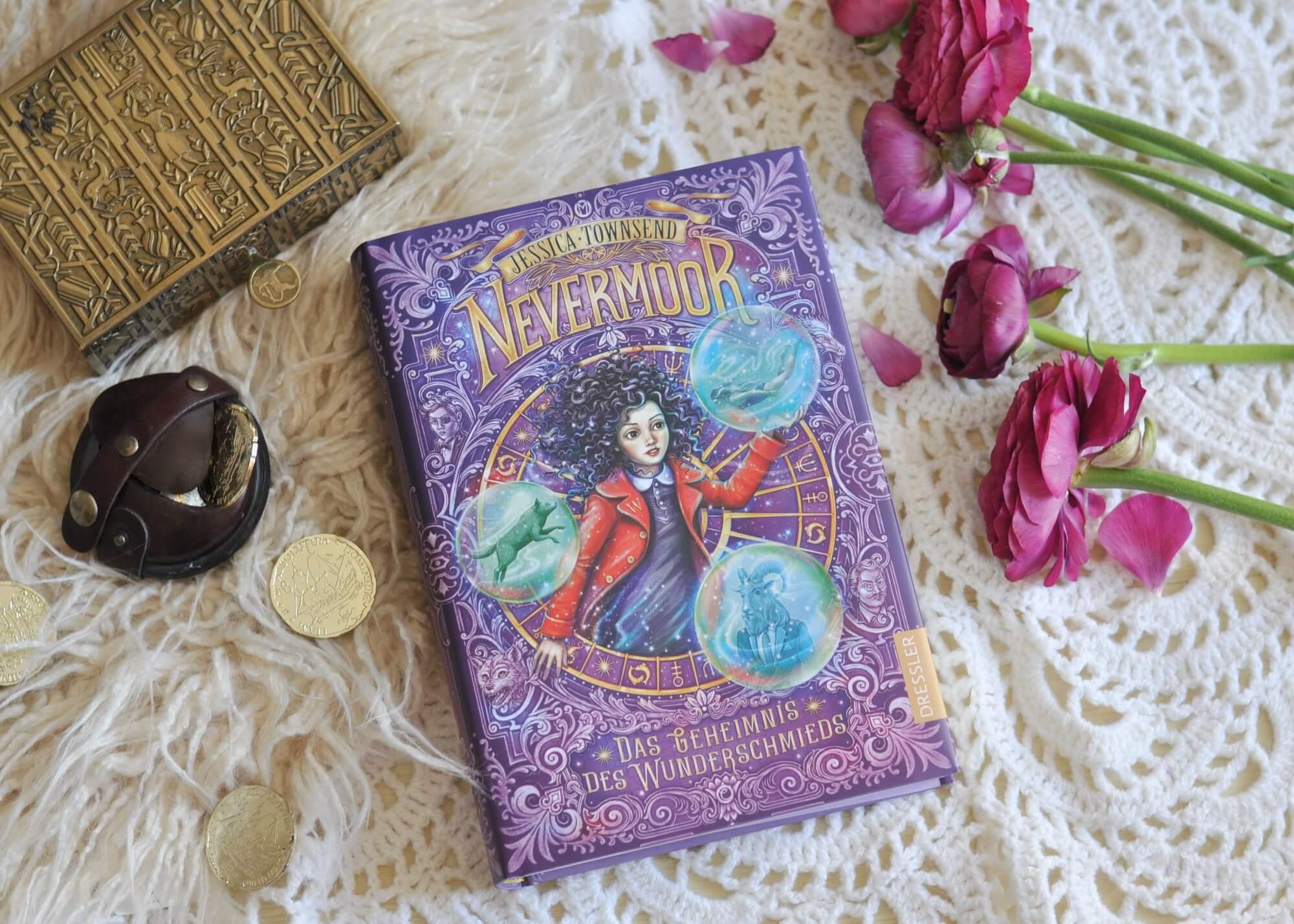 Morrigans Geschichte in Nevermoor geht weiter. Sie muss nicht nur an ihrer neuen Schule zurecht kommen, sondern auch herausfinden, welche Fähigkeiten sie als Wunderschmiedin hat. Und wieder einmal wird sie von anderen ausgeschlossen. Ein grandios spannendes Fantasy-Abenteuer, dass vor allem Potter-Fans gefallen wird. #nevermoor #potter #fantasy #kinderbuch #lesen #vorlesen #abenteuer