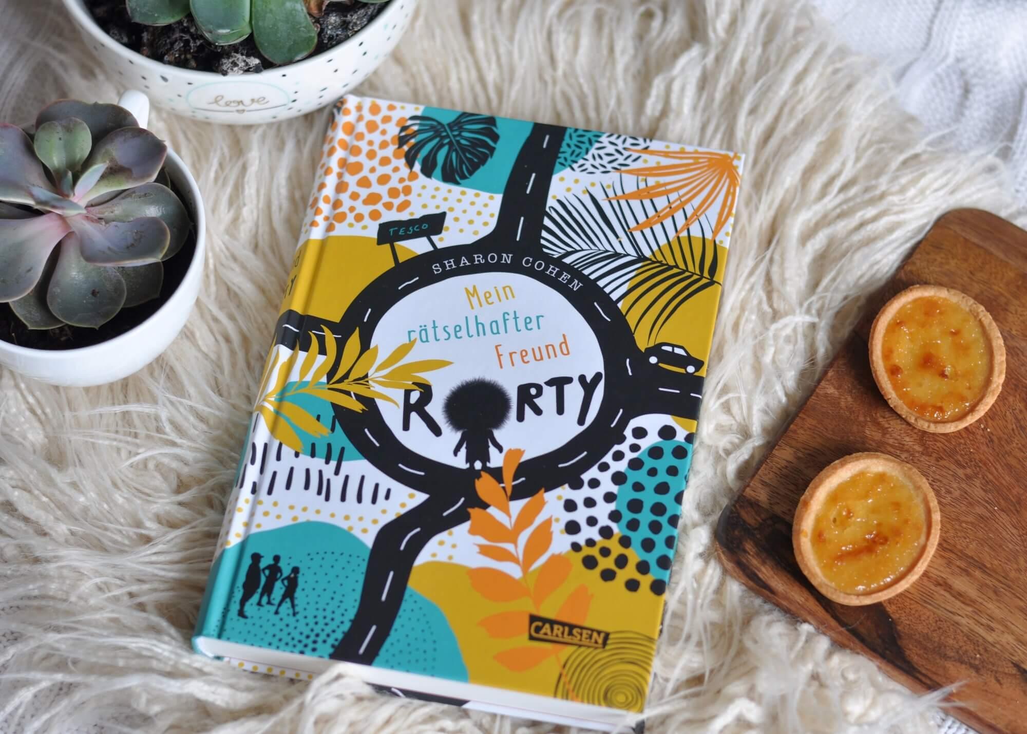 Rorty ist klein, haarig und braucht dringend Hilfe. Denn mit der Kraft seiner Gedanken, kann er erstaunliches tun. Weshalb es böse Wissenschaftler auf ihn abgesehen haben. Ein Kinderbuch über Freundschaft und Helfen. #rorty #kinderbuch #lesen #freundschaft #helfen