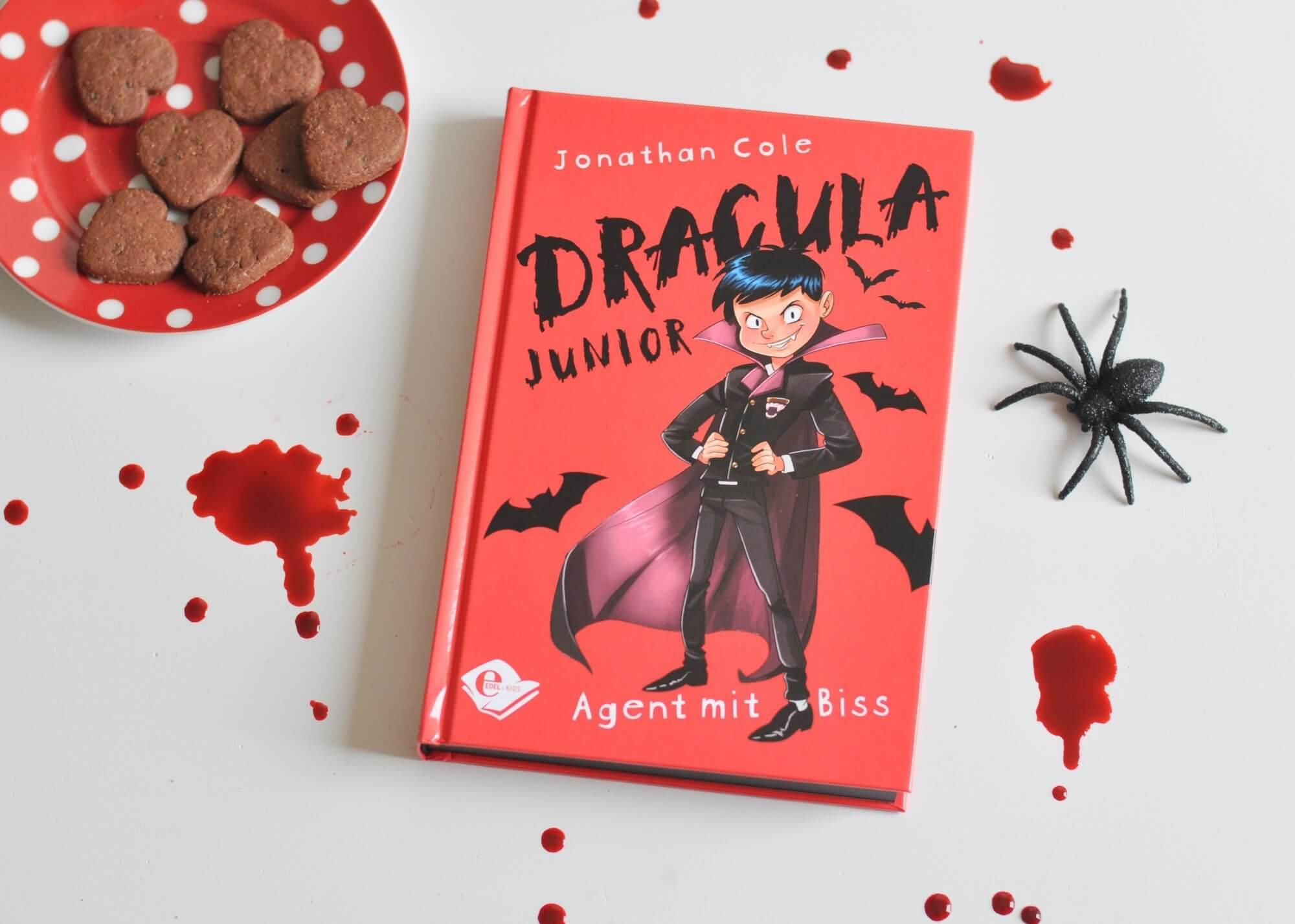 Vieles,w as man über Vampire gehört hat ist wahr. Sie schlafen in Särgen, trinken Blut und verwandeln sich in Fledermäuse. Als Dorian einen Geheimauftrag bekommt, muss er raus aus seiner Komfortzone und rein ins Abenteuer in ein fremdes Land. Doch Costin, sein Wiedersacher, scheint ihm immer einen Schritt voraus zu sein. #vampir #kinderbuch #lesen #dracula #grusel #halloween