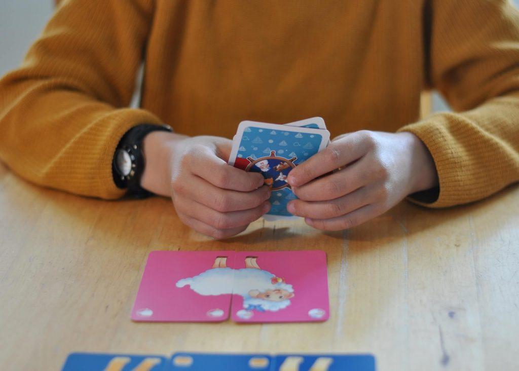 Mit den sechs süßen Tieren aus Langland können Kidner ab vier Jahren Rommé spielen - ganz ohne Zahlen! Zwei Varianten für Fortgeschrittene sorgen für Spielspaß für die ganze Familie. Wollt ihr mehr über die Tiere aus Langland und weitere Spieleklassiker erfahren? #spiel #rommé #langland #tiere #kinder #karten #familie #spielen #reise #kindergarten