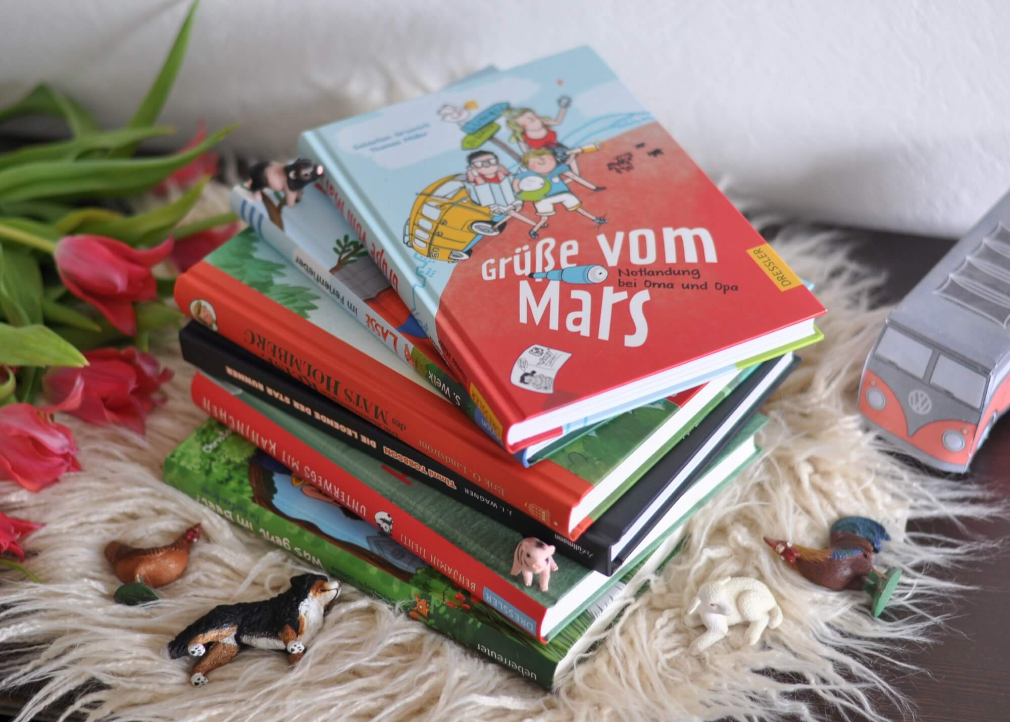 Egal ob ihr an den Strand oder in die Berge fahrt - oder sogar daheim bleibt: Lesen geht immer. Ich habe euch die besten Ferienbücher für Kinder von 6 bis 12 Jahren zusammengestellt. Vom Garten-Krimi bis zur Weltraum-Expedition warten spannende Bücher zum selbst lesen oder vorlesen auf euch. #bücher #kinder #ferien #sommer #krimi #spannung #roadtrip #lesen #abenteuer #urlaub