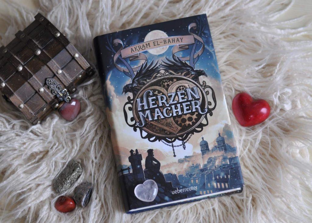 Spielzeugmacher, zwergige Zwerge, wunderschöne Hexen und verzauberte Spiegel - das alles in einer steampunkigen und verschneiten Version Frankreichs. Kein Wunder, dass Léo fasziniert von dieser Parallelwelt ist und hier sein Talent als Spielzeugmacher auskosten möchte. Immerhin kann er mechanische herzen zum Schlagen bringen und so die böse Hexe verbannen. #fantasy #hexe #liebe #zwerg #kidnerbuch #jugendbuch #lesen #steampunk