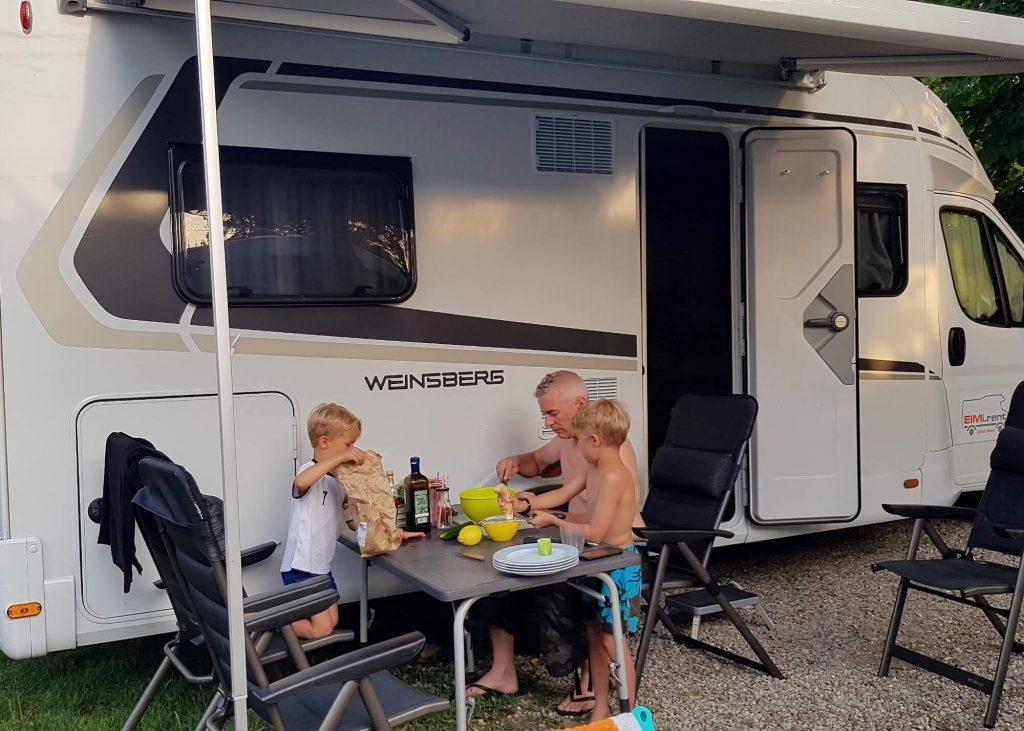 Du liebst Tetris, deine Kinder sind Ordnungsfanatiker und Kompromisse finden ist eure Spezialität? Dann ist Wohnmobilurlaub genau das richtige für euch. Ich erzähle von den guten und schlechten Seiten am Campingurlaub mit Kind. #wohnmobil #camping #reise #urlaub #kind #familie #campen