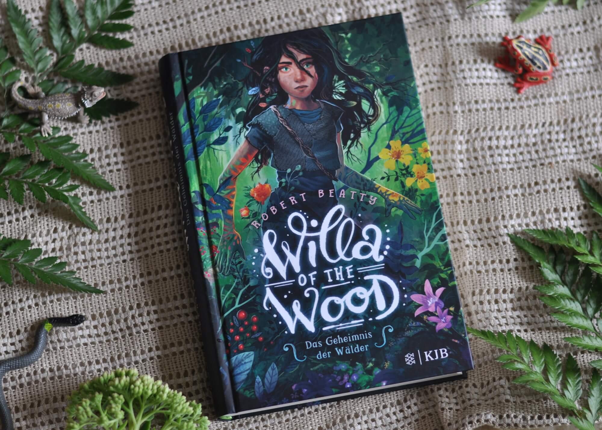 Willa of the Wood ist eines von den Büchern, die man am liebsten in einem Rutsch lesen würde. Schon von der ersten Seite ist die Geschichte der jungen Faeran, die in den Wäldern lebt und mit Pflanzen und Tieren sprechen kann, wahnsinnig spannend. Willa stiehlt, wird verletzt, muss sich gegen gemeine Clanmitglieder behaupten, findet ein Geheimnis heraus, wird verstoßen, kämpft, blutet, hilft, lernt. Ein Buch über Natur, Familie und Zusammenhalt. #kinder #buch #natur #wald #fantasy #magie #lesen #umwelt #tiere
