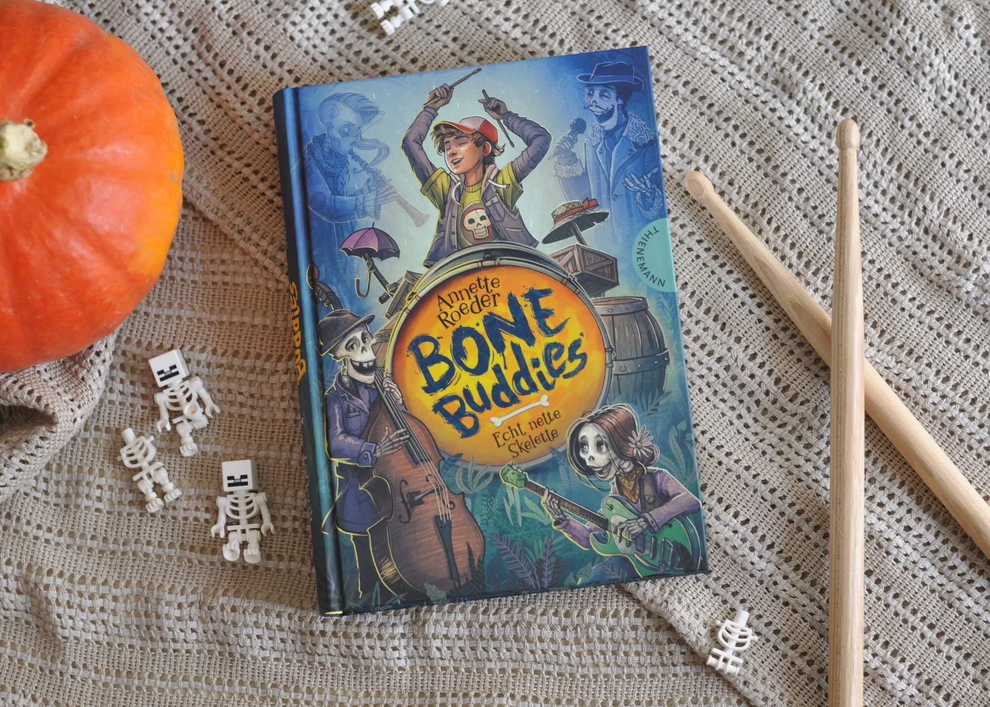 In Bone Buddies geht es nicht nur um Familie, sondern auch um Freundschaft und Zusammenhalt. Denn die fünf Skelette, die unterschiedlicher nicht sein könnten, schaffen es wirklich, sich zusammenzuraufen und Aldo zu helfen. #halloween #skelette #kinderbuch #lesen #vorlesen #geister #band #familie #freundschaft