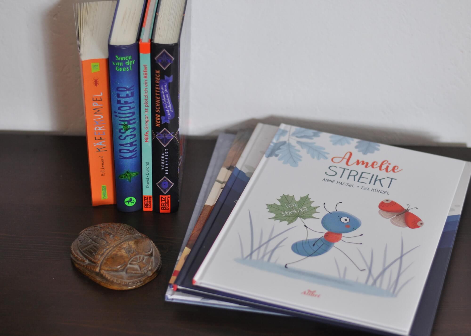 Käferliebe fängt nämlich bereits im Bilderbuch an: mit einer streikenden Ameisen, einer Büro-Zikade oder einem Mottenflug zum Mond. Oder wie wäre es mit einem gesellschaftskritischen Insekten-Roman, in dem ein betagter Mistkäfer die Hauptrolle spielt? Ich stelle hier Bilder- und Kinderbücher über heldenhafte Insekten vor und bin mir sicher, dass für kleine und große Krabbel-Fans zwischen 3 und 12 Jahren etwas Passendes dabei ist. #kinderbuch #lesen #vorlesen #insekten #käfer #buch #helden