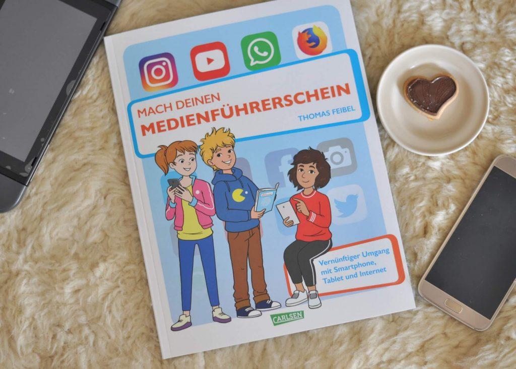 Internet, Messenger, Social Media Plattformen und Fake News - Kinder sollten möglichst früh lernen mit digitalen Medien umzugehen. Und dabei hilft dieses Buch. Der erste Teil vermittelt dabei Grundlagen und Regeln: Welche Medien gibt es, worauf muss ich achten, wie schütze ich mich? In Teil zwei wird das Wissen mit 115 Testfragen und Sachrätseln abgefragt. Am Ende winkt mit einer schicken Urkunde der Medienführerschein. #medienkompetenz #lernen #schule #kinder #smartphone #sachbuch #buch