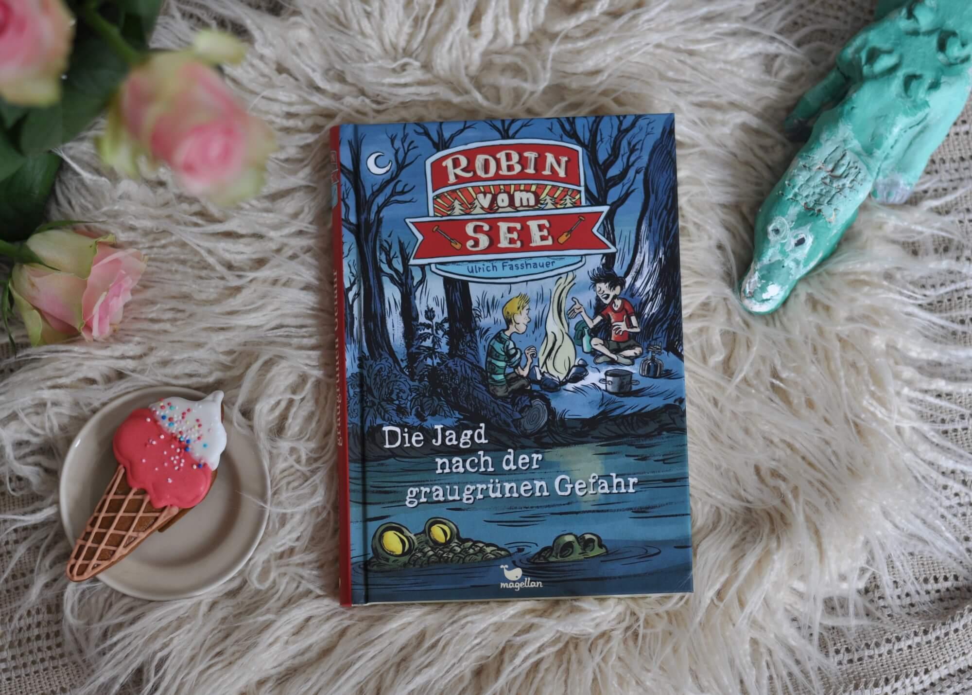 Es sind Sommerferien, der See ist badewannenwarm und die Bande zur Rettung der Gerechtigkeit genießt das Planschen. Aber dann sieht Robin plötzlich ein Krokodil unter Wasser, so dass von Jetzt auf Gleich ein Badeverbot verhängt wird. Ein spannendes und lustiges Sommerbuch - auch perfekt zum Vorlesen. #krokodil #see #abenteuer #sommer #familie #zelten #moor #kinderbuch #vorlesen