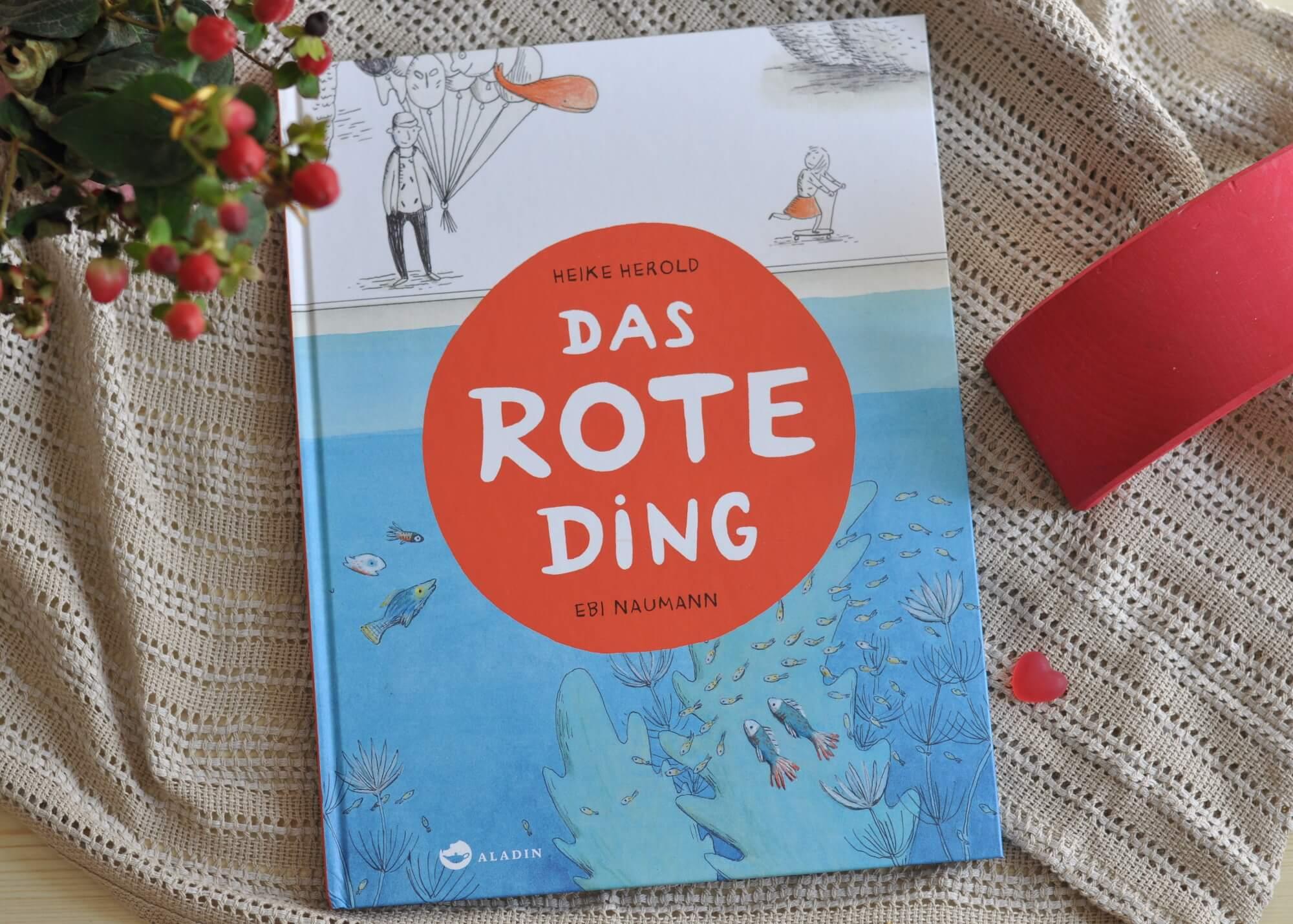 Im Fluss, dicht unter der Wasseroberfläche, treibt ein rotes Ding. Was könnte das nur sein? Vielleicht die Schwanzflosse eines riesigen Wals? Ein fantasievolles Ratespiel, bei dem kleine Zuhörer mitreimen können. #fantasie #bilderbuch #reime #kinder #lesen #vorlesen #mitraten