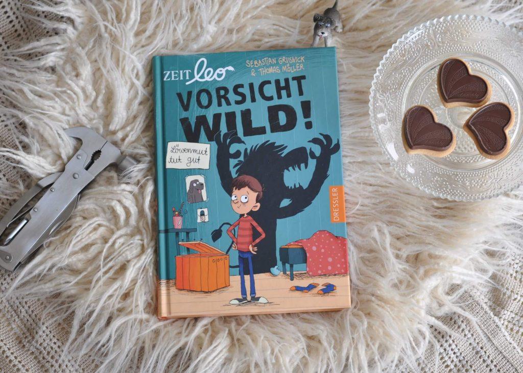 """Eines Morgens steht plötzlich eine kleine Kiste in Max' Zimmer, aus dem eine Stimme ungeduldig krakeelt: """"Lass mich hier raus!"""". Als Max die Kiste öffnet, springt ein kleiner Löwe heraus, gerademal so groß wie eine Katze: Leo. Und der kann sogar sprechen, ziemlich schnodderig sogar. #kinderbuch #lesen #vorlesen #schule #löwe #mut"""