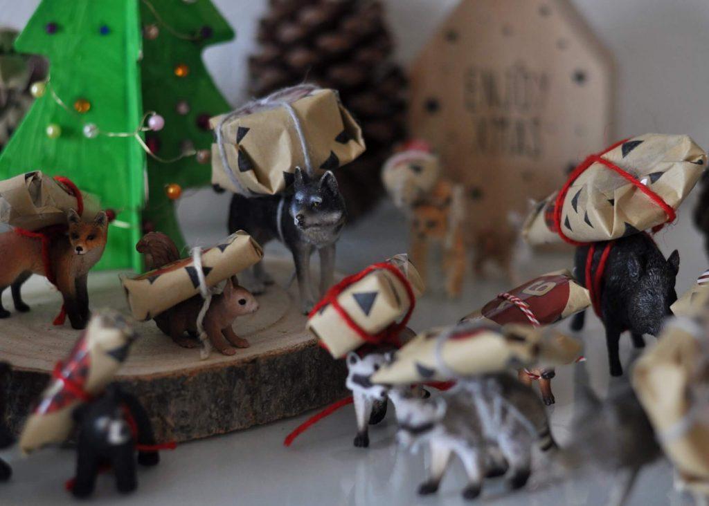 Es sollte unbedingt ein Kalender werden, der nachhaltige Kleinigkeiten mit Süßem verbindet - und dazu nicht besonders bastel-aufwendig ist. Ich zeige euch, wie man einen Schleichtier-Adbentskalender bastelt. #adventskalender #schleichtiere #waldtiere #tierfiguren #diy #basteln #kinder #tiere #weihnachten