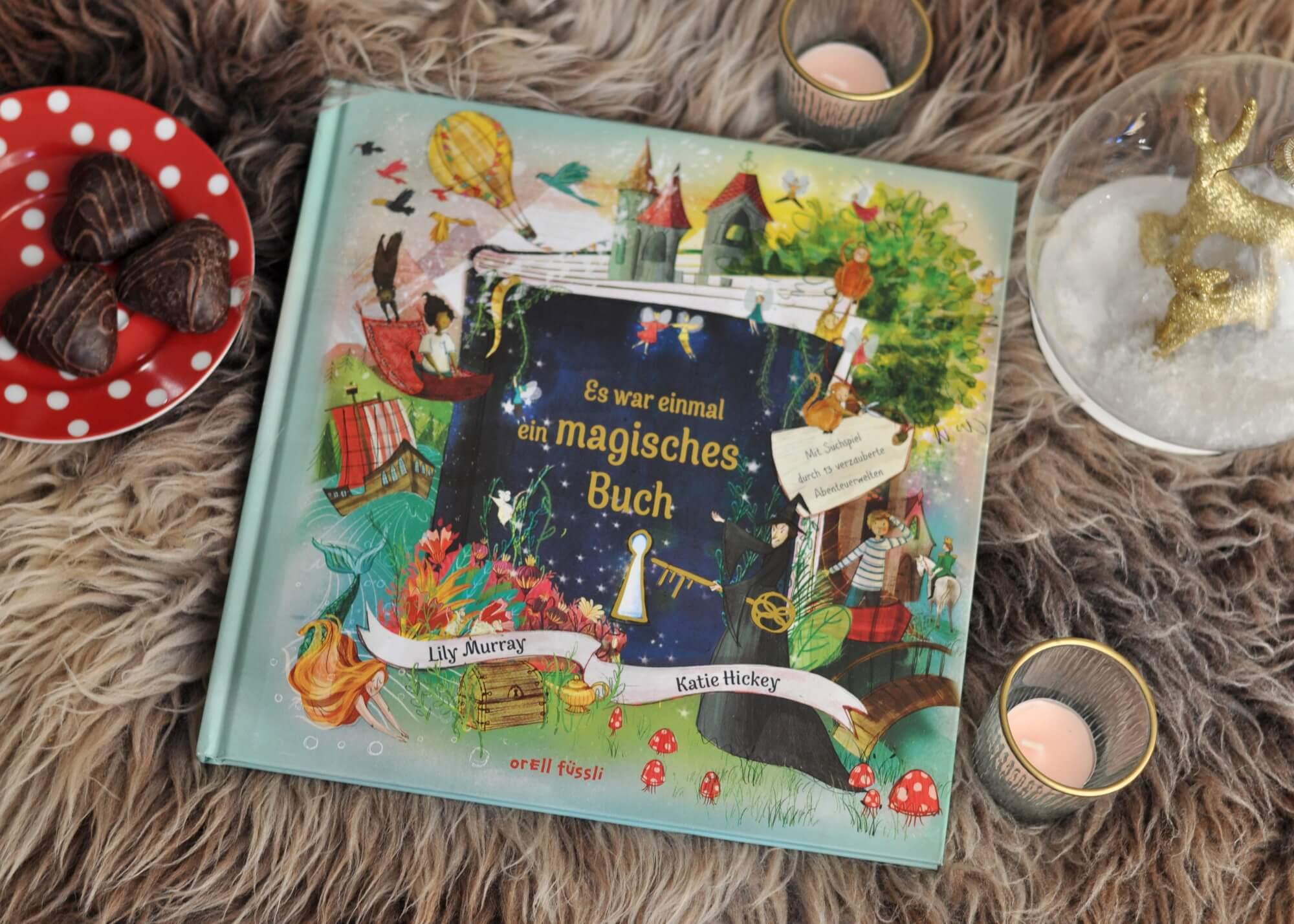 war einmal ein magisches Buch führt durch 13 magische Abenteuerwelten, die wie zauberhafte Wimmelbilder gestaltet sind. Dabei müssen passend zu der Geschichte verschiedene Rätsel gelöst werden, um Sophie und Jakob wieder aus dem Buch heraus zu helfen. #märchen #magie #suchen #bilderbuch #kinder #wimmelbild #raten #rätsel #hexe