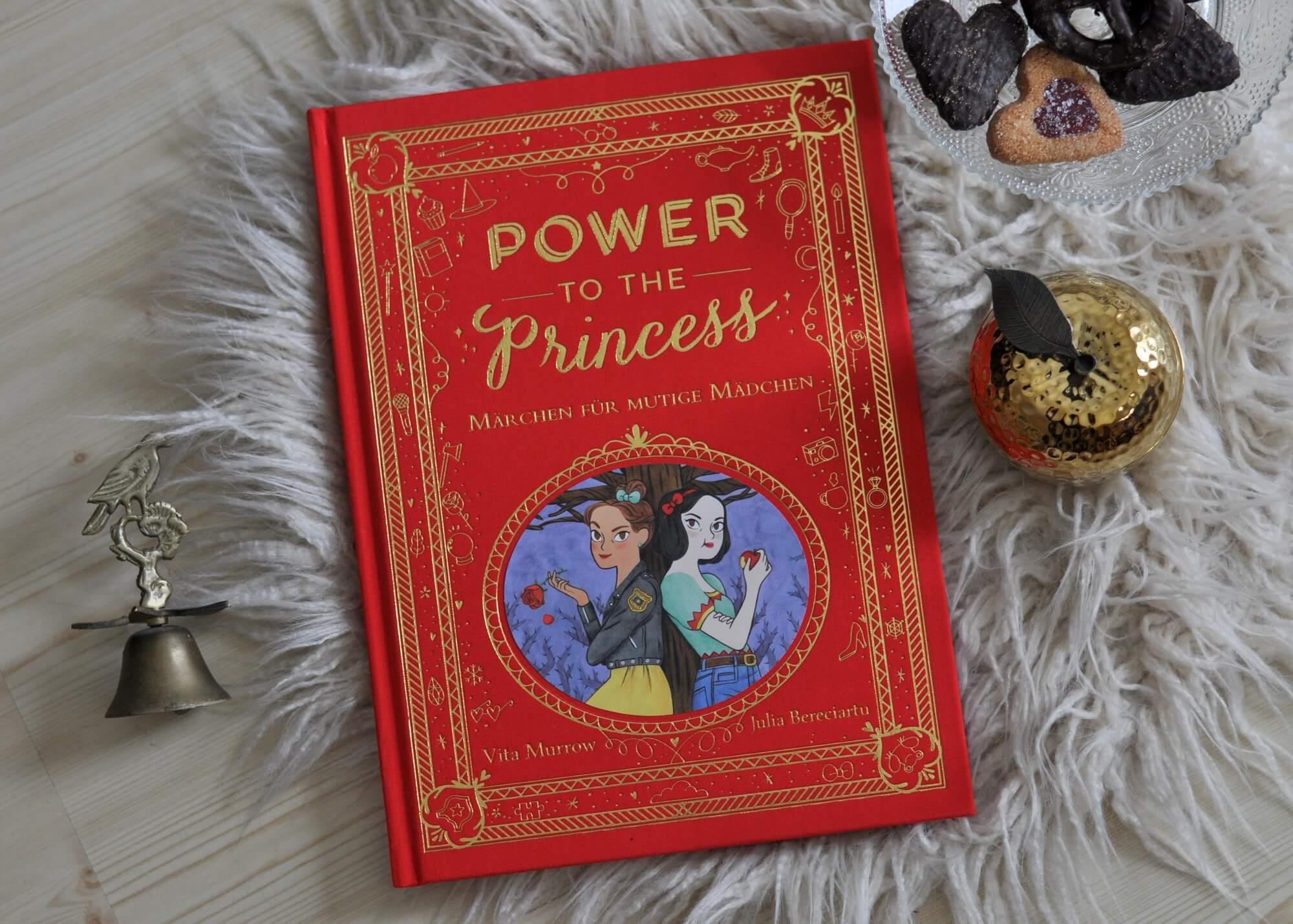 Was wäre wenn Prinzessinnen nicht auf ihren Prinzen warten, sondern ihr Glück selbst in die Hand nehmen? Genau davon erzählen die 15 Geschichten in Power to the Princess: Rapunzel wird eine weltberühmte Architektin für magische Gebäude, Rotkäppchen findet ihr Glück als Tierschutzaktivistin und Dornröschen macht sich einen Namen als Spezialistin für Schlafstörungen. #märchen #feminismus #prinzessin #mutig #mädchen #modern #beruf #weihnachten