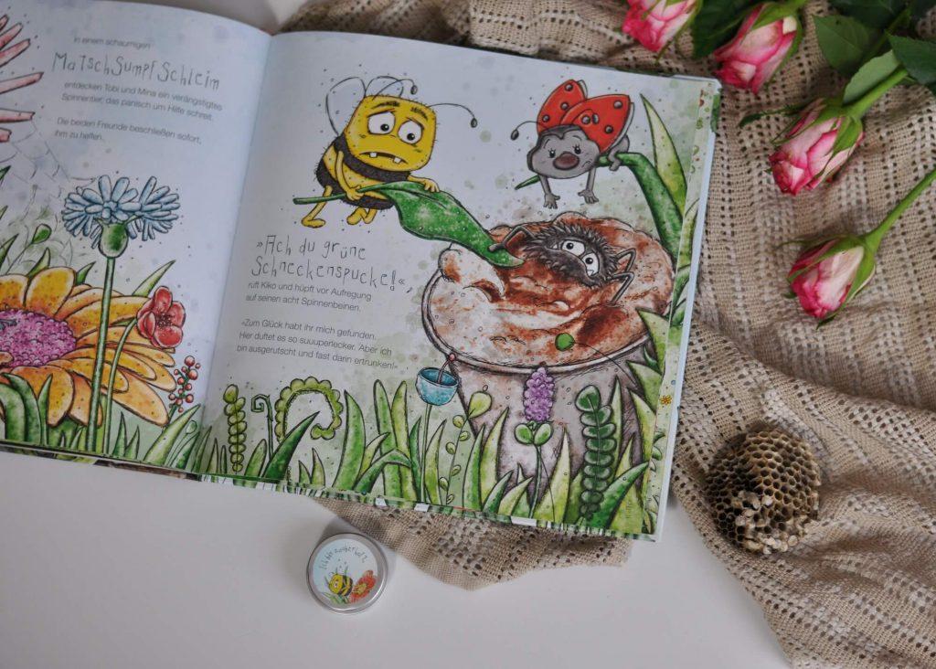Reibt man während dem Blättern über die rechten Seiten im Buch, werden herrliche Düfte wie Honig, Waldbeere oder auch Kaffee und Kaugummi freigesetzt. Neben den Düften gibt es dazu viele Tipps zum Thema Natur und Umwelt. #biene #umwelt #bilderbuch #lesen #duft #riechen #duftbuch #wald #insekten #freundschaft