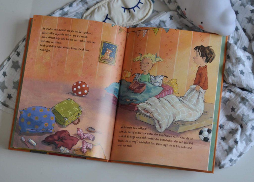 """Im Kindergarten geht eine Frage um: """"Willst du bei mir schlafen?"""" Doch Jojo hat doch noch nie irgendwo ohne seine Eltern übernachtet. Wie soll das nur gehen? Vielleicht mit Idas Geheimtrick? #übernachten #kind #vorlesen #bilderbuch #kindergarten #schlafen #woanders #trick"""