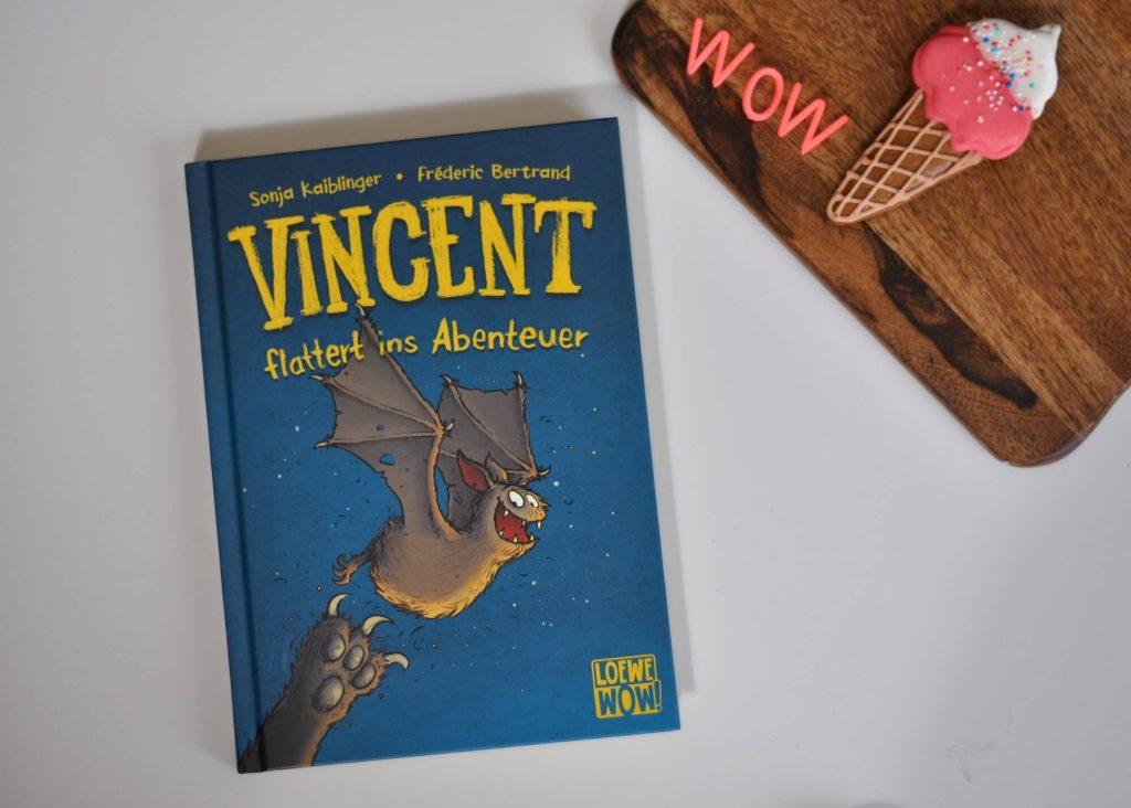 Wer die Scary Harry Bücher von Sonja Kaiblinger kennt, wird bereits Bekanntschaft mit Fledermaus Vincent gemacht haben. Die gruselig-witzige Geschichte ist dabei für Kinder ab 7 Jahren zum selbst lesen, aber auch sehr gut zum Vorlesen für etwas jüngere Kinder geeignet. #vincent #scaryharry #kinderbuch #lesen #fledermaus #grusel #geister