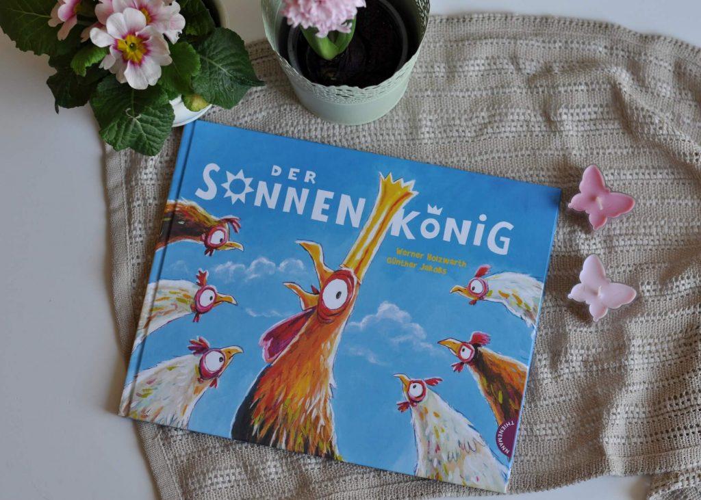 """Jeden Morgen geht auf dem Hühnerhof die Sonne auf. Und jeden Morgen wird sie von Konrad, dem Hahn, mit einem lauten """"Kikeriki!"""" begrüßt. Konrad hat eine Idee: Warum den Hühner nicht weiß machen, dass die Sonne nur deshalb aufgeht, weil er kräht. #bilderbuch #ostern #vorlesen #hahn #lügen #könig"""