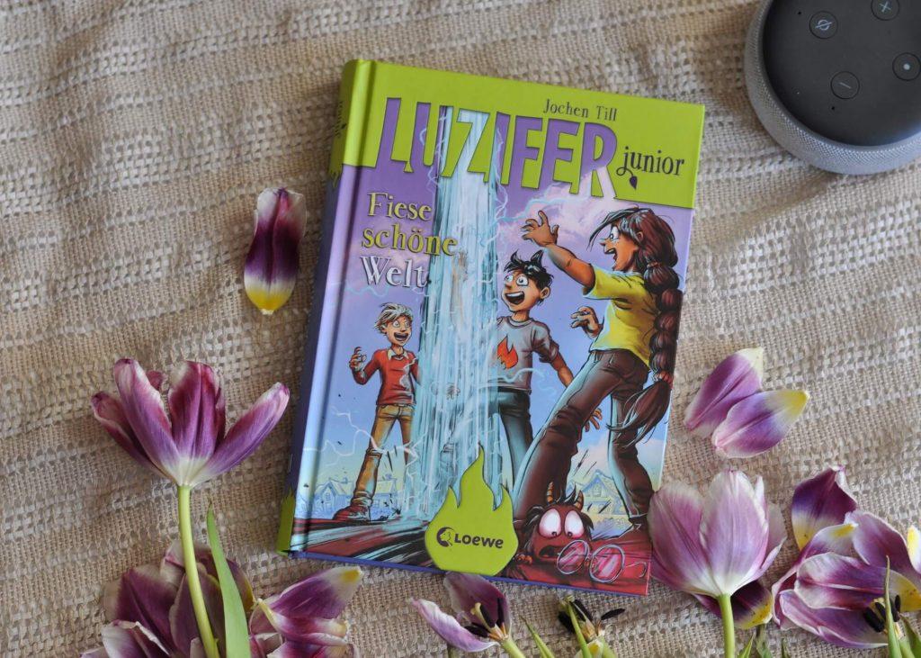 Ferien in einem anderen Universum - Oma nimmt Luzifer junior und seine Freunde mit auf einen Ausflug in ihre großartige Welt. Dort ist alles genauso wie zu Hause, nur viel besser! Sogar die Schule ist ein Traum - bis Aaron verschwindet. #lesen #schule #parallelwelt #ki #alexa #luzifer #teufel #kinderbuch
