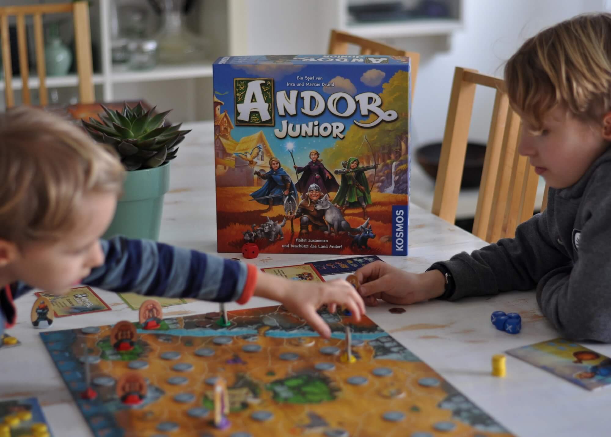 Die Wolfsjungen haben sich in den Bergen verirrt und stecken in einer Höhle fest. Zum Glück gibt es die mutigen Helden von Andor, die sich auf den Weg machen und dabei nicht nur in einen Wald voller Gefahren wagen, sondern auch eine Aufgabe vom Brückenwärter meistern müssen. Nur gemeinsam kann man gewinnen. #spiel #fantasy #andor #junior #spielen #familie #grundschule #kooperativ #helden #zwerg #magier
