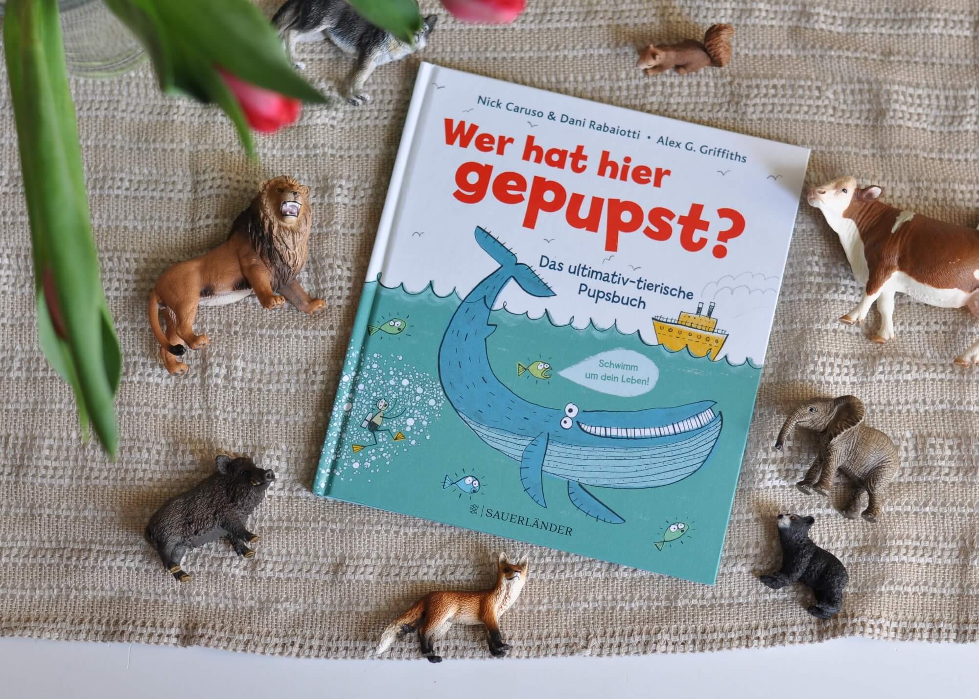 Dieses Sachbilderbuch vermittelt humorvoll-kurioses Wissen um Pupse im Tierreich: Wer hätte gedacht, dass Ziegen an Bord den Feueralarm auslösen können? Oder dass Heringe einen geheimen Pupscode besitzen? Oder dass Wissenschaftler eine Stinkskala für Hundepupse entwickelt haben? #pupse #tiere #bilderbuch #sachbuch #kinder #buch #lustig #furzen #verdauung
