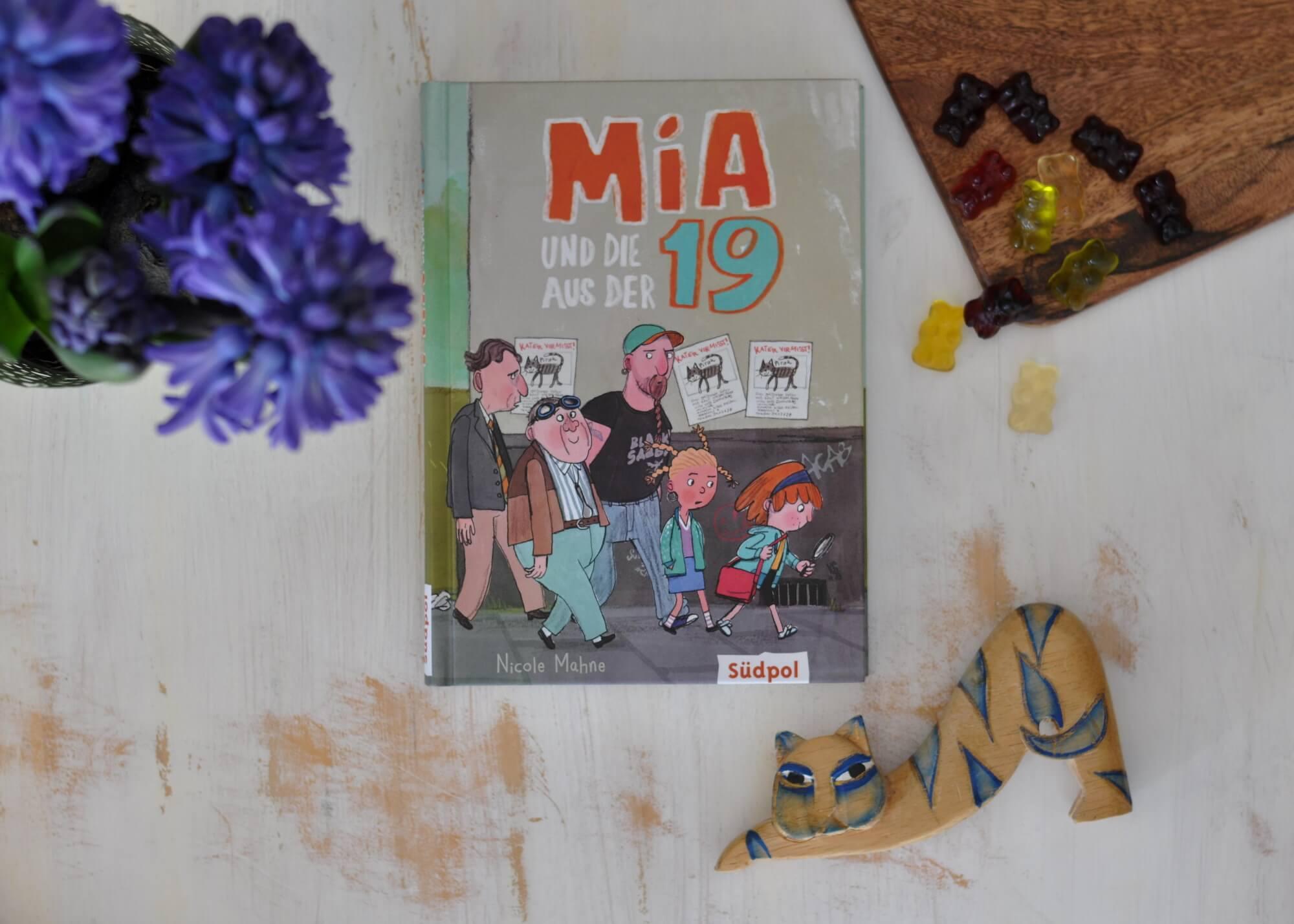 """Mia geht in die 3. Klasse und hat eigentlich Ferien, als sie eines Tages auf Herrn Rippel trifft, der in der 19, bei den """"schrägen Vögeln"""" wohnt. So nennen alle die verrückten Alten aus der Wohngemeinschaft in Mias Straße. Mia macht das aber nichts aus, sie ist nämlich to-le-rant. Und so erfährt sie, dass Pirat, die Katze von Herrn Schlottmeier, gestohlen wurde. #detektiv #kinderbuch #lesen #vorlesen #katze #generation #tolerant"""