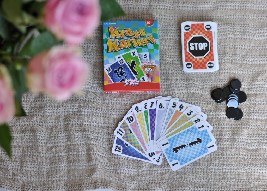 Bei Krass Kariert sind die Regel einfach, denn es geht darum, so schnell wie möglich Karten loszuwerden. #amigo #karte #spiel #kariert #ablegen