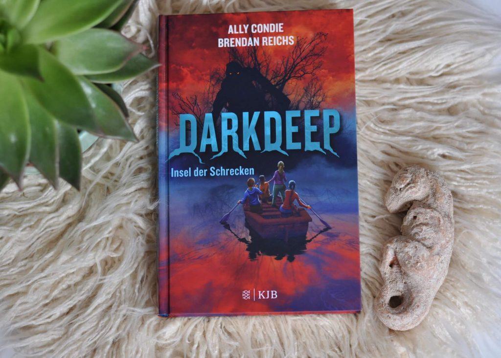 """Die Freunde Nico, Opal, Tyler und Emma entdecken während einer Tour in der """"Stummen Bucht"""" auf einem verlassenen Hausboot ein riesiges Wasserbassin - """"Das Finstertief"""". Wer in das dunkle Wasser gerät, wird draußen im See wieder ausgespuckt – aber nicht allein. Jedes Mal, wenn einer der Freunde die Reise durch das Wasser antritt, manifestieren sich Gestalten aus ihrer Phantasie. #fantasy #düster #spannung #kinder #buch #lesen #darkdeep #angst"""