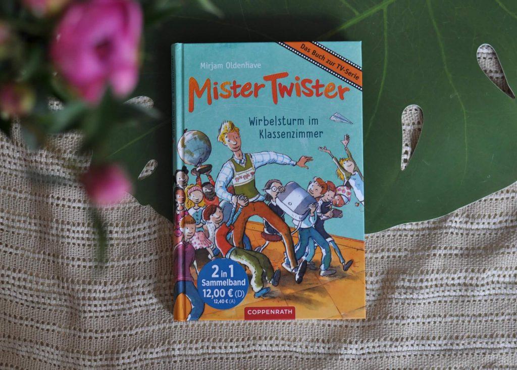 """Als der junge Referendar Mister Twister die """"chaotische"""" Klasse übernimmt, ändert sich für Tobias und den Rest der 3b alles. Ab jetzt gibt es statt Dikatet lustige Ratewitze und Nachhilfe in Geschichte mit Asterix-Comics. Ganz schön cool, wenn nur nicht die strenge Schulleiterin Frau Liese in den unpassendsten Momenten reinplatzen würde …"""