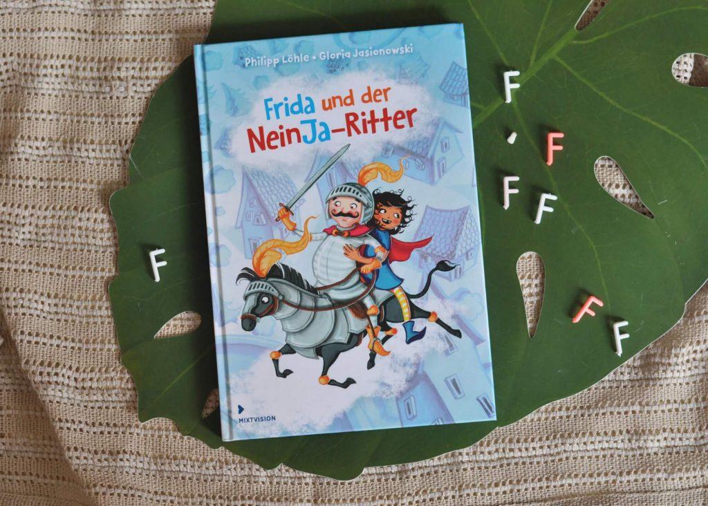 """Seit Frida ihren Zahn verloren hat, kann sie kein """"F"""" mehr aussprechen. Wie peinlich ist das denn? Und das Zebra des NeinJa-Ritters hat seine Streifen verloren. Jetzt sieht es aus wie ein Pferd! Gemeinsam machen sich Frida und der Ritter mitsamt Pferd auf die Suche nach den verlorenen Dingen. Aber erst einmal müssen sie dieses finden und dann noch an einem fiesen Groll vorbei ... #wackelzahn #vorschule #kinder #buch #lesen #vorlesen #schule"""