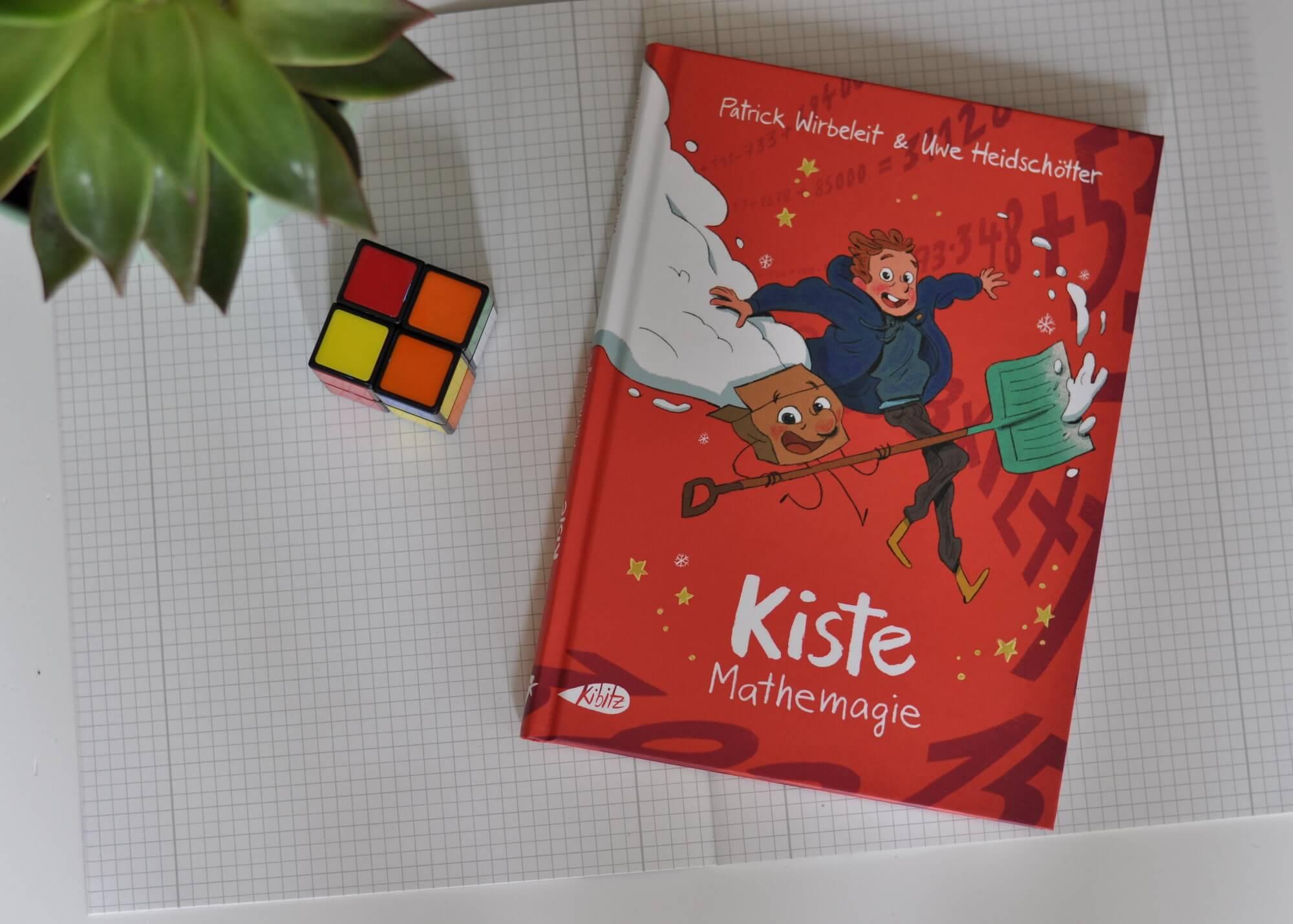 Mattis kapiert die Rechenaufgaben einfach nicht. Dabei schreibt er schon morgen die Klassenarbeit. Auch seine Mutter kann ihm nicht wirklich weiterhelfen. Sie erklärt alles ganz anders als die Lehrerin in der Schule. Und sein ein bester Freund Kiste? Der kann nun mal nicht rechnen, nur bauen. Zum Glück kennt der Zauberer Bartelstrunk einen Zaubertrank der Abhilfe verschaffen soll. #mathe #schule #comic #rechnen #magie #lesen #kinder #kiste