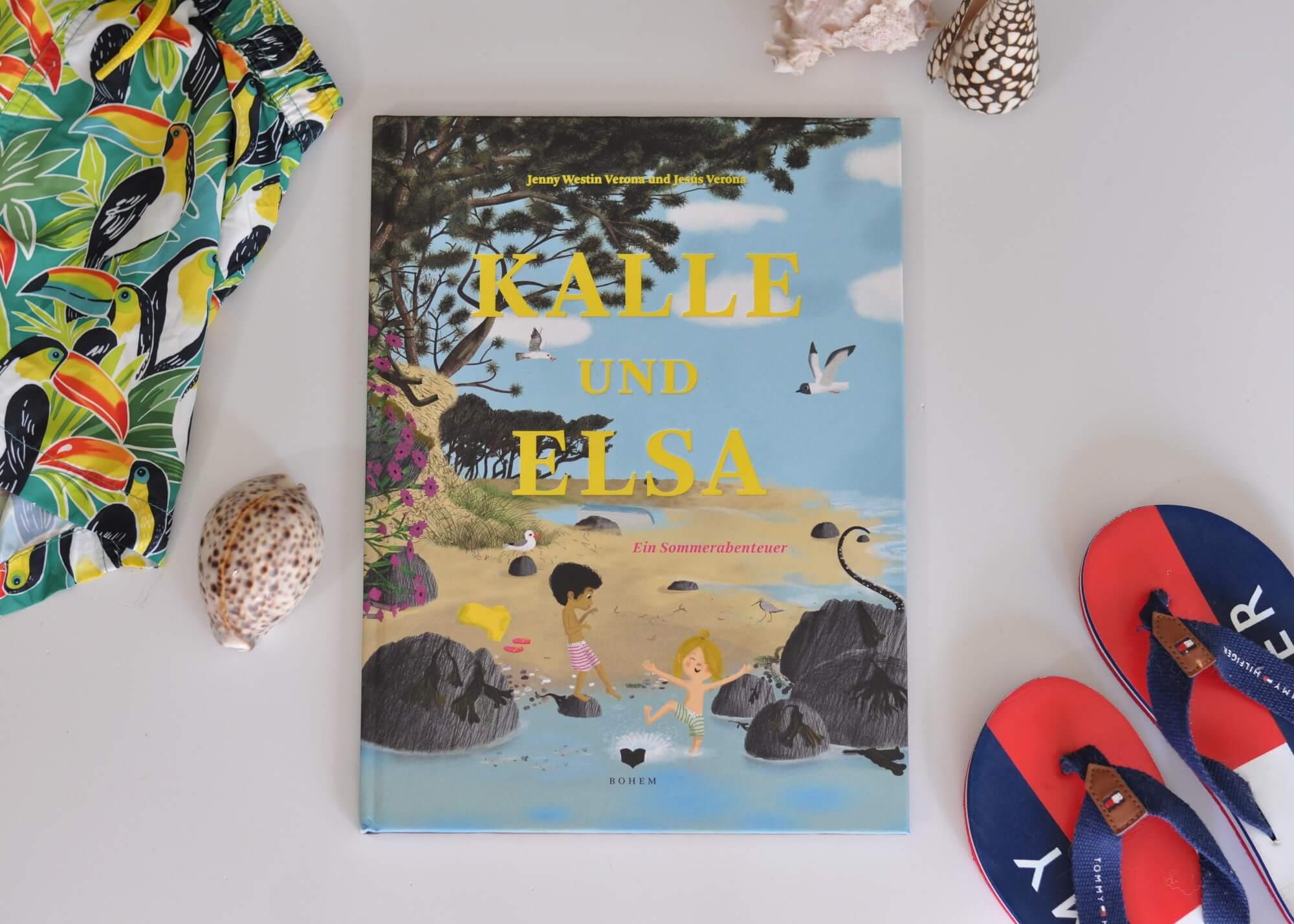 Elsa zeigt Kalle ihren Lieblingsstrand, an dem die beiden zusammen mit Elsas Eltern fahren. Sie haben zum Glück an alles gedacht: Den Delfin zum Aufblasen, den Sonnenschirm, Saft, Proviant und … das Allerwichtigste: Schaufeln! Kalle und Elsa buddeln zusammen eine Falle. Das Loch am Strand wird immer tiefer und größer, genauso wie das Abenteuer, das sich die beiden Freunde ausdenken. #sommer #bilderbuch #strand #meer #abenteuer #fantasie #klischeefrei #freundschaft #kinder #freunde