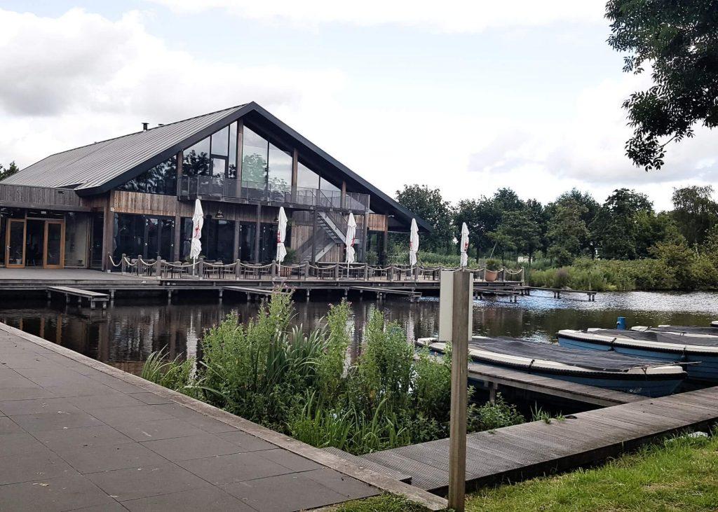 Ihr habt Lust auf einen aktiven Urlaub in Holland mit zentraler Lage? Dann kann ich euch den Wasserpark De Reeuwijkse Plassen empfehlen. Der Park nicht nur im Sommer ein Erlebnis, sondern zu jeder Jahreszeit. Und auch für diese verrückte Coronazeit war dies - mit einer Fahrzeit von 4 Stunden von Frankfurt aus - genau das richtige.  möchte ich euch ein paar Tipps für die Wasserhäuser im Landal De Reeuwijkse Plassen geben. #holland #urlaub #wasserpark #see #wasserhaus #ferienhaus #niederlande #badeurlaub #zentral #kinder #ferien #natur #angeln #badeurlaub