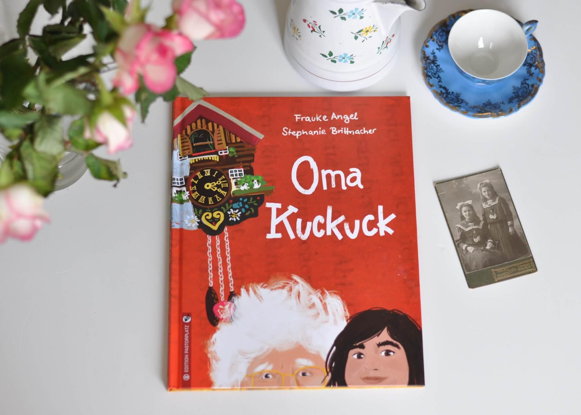 Eines Tages fällt der Großmutter einfach keine Geschichte mehr ein. Und auch die Vanillesuppe wird auf dem Herd vergessen. Oma kann nicht mehr alleine leben. Doch was tun, wenn man ihr früher versprochen hat, genau das niemals zu tun? #oma #demenz #alt #altersheim #pflegeheim #bilderbuch #lesen #vorlesen #kind