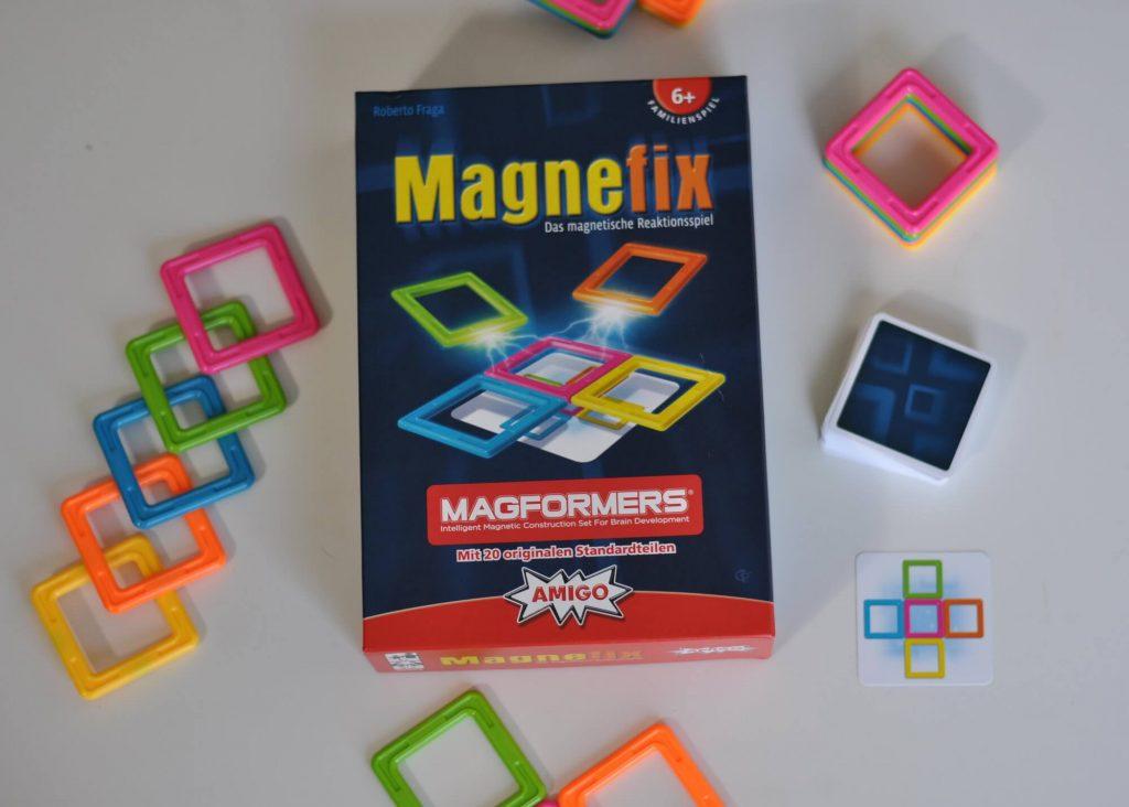 Bei Magnefix geht es darum, am schnellsten das bunte Konstrukt der Aufgabenkarte richtig nachzubauen. Dafür bekommt jeder Spieler fünf der bekannten MAGFORMERS®-Magneten. Jetzt heißt es nicht nur schnell und genau zu sein, sondern auch noch mit dem magnetischen Widerstand klar zu kommen. #magnefix #amigo #spiel #magnet #bauen #konstukt #schnell #herbst #spiele #kinder