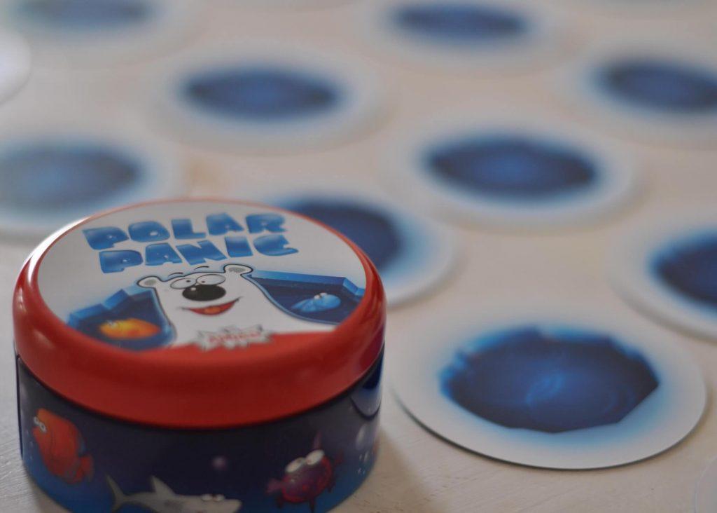 Polar Panic ist ein Kartenspiel mit einfachen Regeln, bei dem ein scharfes Auge und blitzschnelle Reaktionen gefragt sind. Verteilt werden alle Karten mit der Eislochseite nach oben auf dem Tisch - und zwar so, dass jeder Spieler gut herankommt. #kartenspiel #spiel #polar #fische #memory #schnell #kinder #familie #herbstneuheit