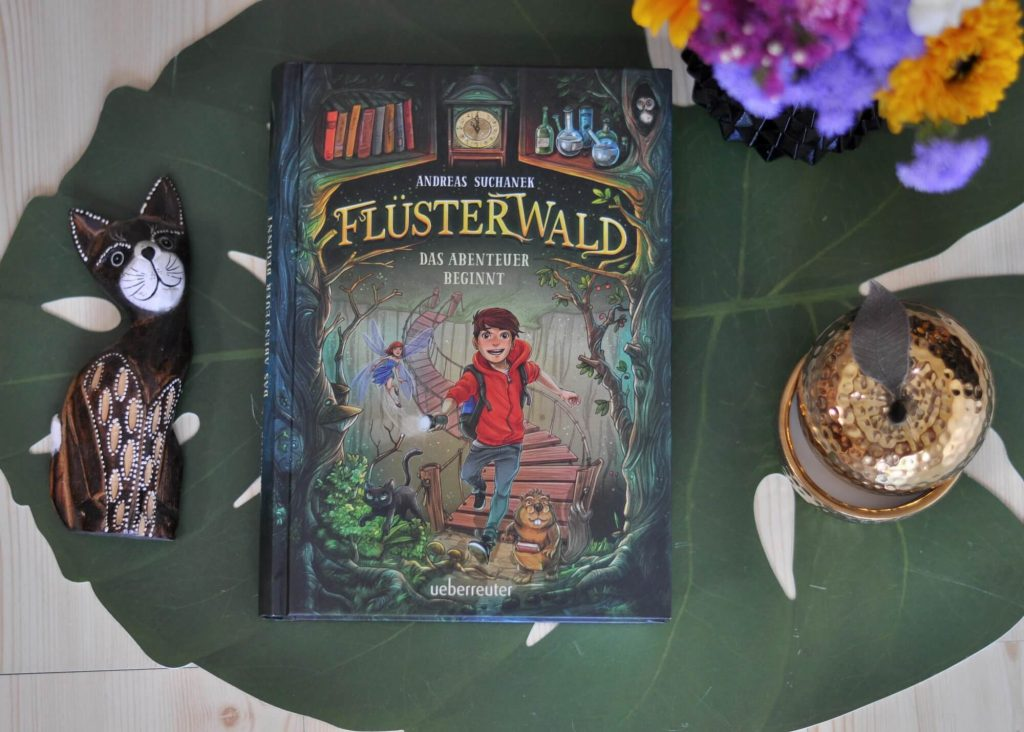 """Als Lukas hinter einem alten Buchregal in seinem Zimmer ein verborgenes Studierzimmer mit allerlei geheimnissvollen Fläschen und Phiolen entdeckt, ist seine Abenteuerlust geweckt. Ein Buch """"Die Kreaturen aus dem Flüsterwald"""" nimmt er sich aus dem seltsamen Zimmer mit. Doch genau das zieht ungeahnte Konsequenzen nach sich. #flüsterwald #fantasy #elfe #magie #bücher #lesen #vorlesen"""