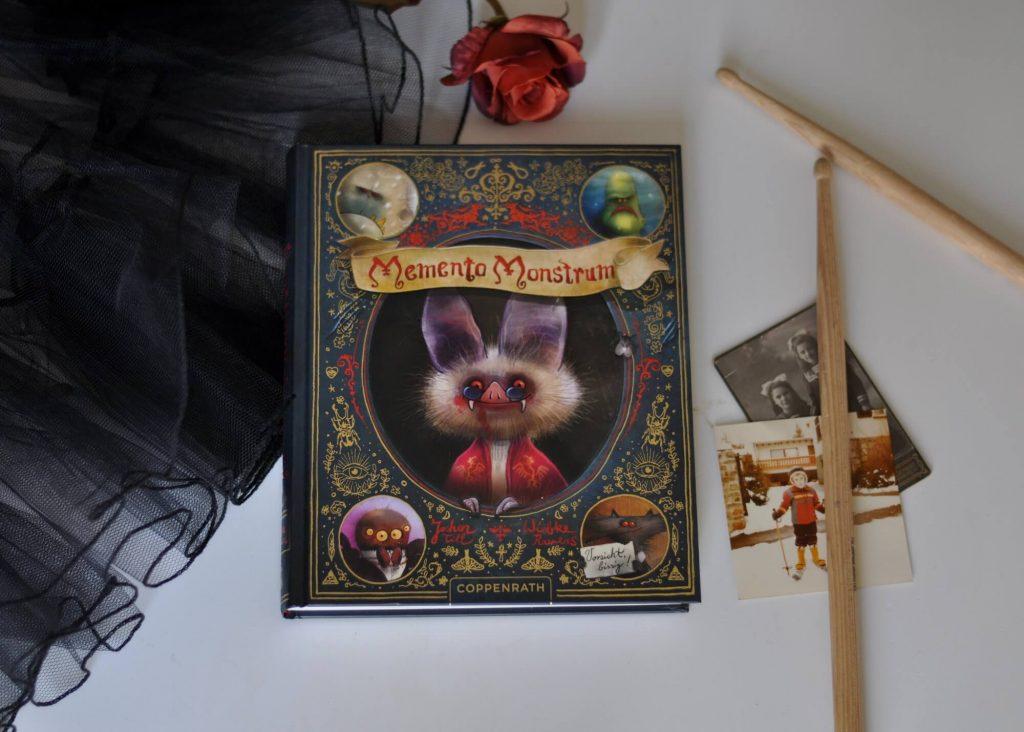Als Graf Dracula seine Enkelkinder hüten muss, fällt ihnen ein ziemlich altes Fotoalbum in die Hände. Darin kommen jede Menge abscheuliche Kreaturen vor wie riesenhafte Yetis, hinterlistige Werwölfe und schleimige Fischmonster. Doch hinter den Gestalten steckt viel mehr, denn sie sind nicht nur Draculas Freunde, sondern äußerst freundliche und talentierte Wesen. #monster #dracula #klischee #vorurteile #vampir #lesen #kinder #buch