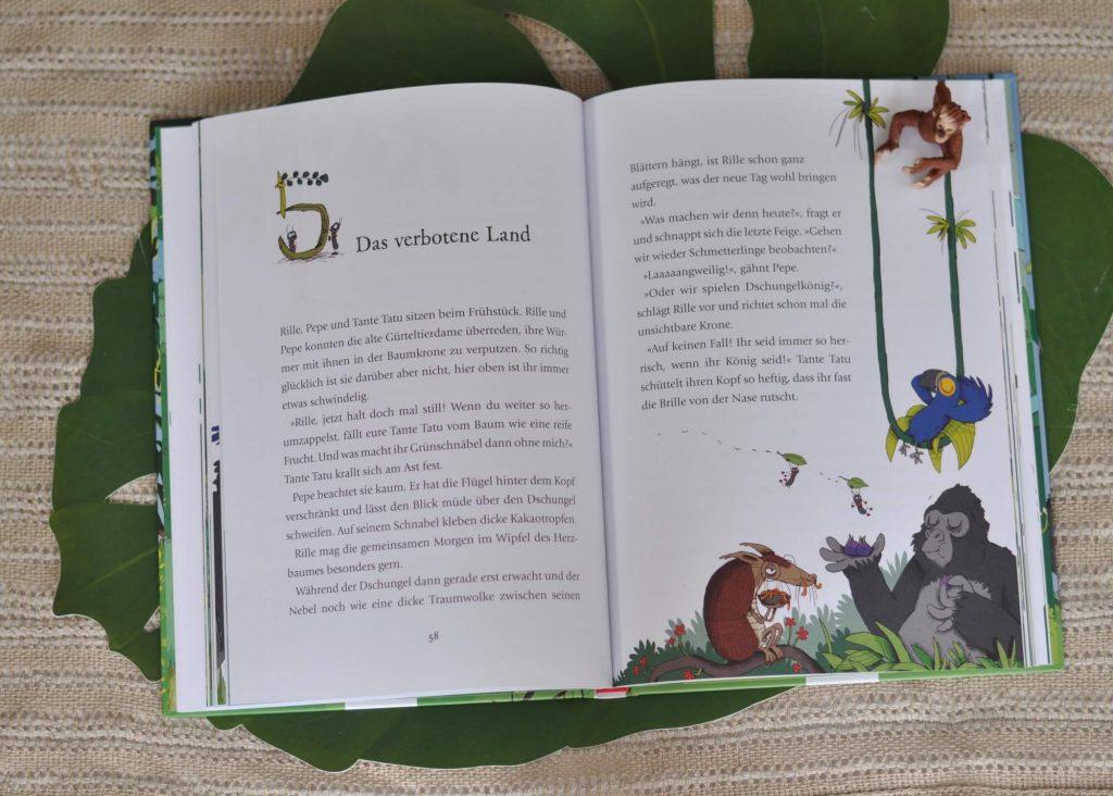 Rille, der kleine Gorilla, ist in einer Kiste im Dschungel gelandet. Eigentlich sollte er in einen neuen Zoo gebracht werden, aber das hat irgendwie nicht geklappt. Und das ist auch gut so, denn im Dschungel ist alles herrlich grün, es duftet so gut und Rille hat neue Freunde gefunden. Mit der Gürteltier-Dame Tatu und Papagei Pepe erlebt er die tollsten Abenteuer. #groliia #affe #dschungel #kinder #buch #vorlesen #lesen #lustig #illustration #tiere