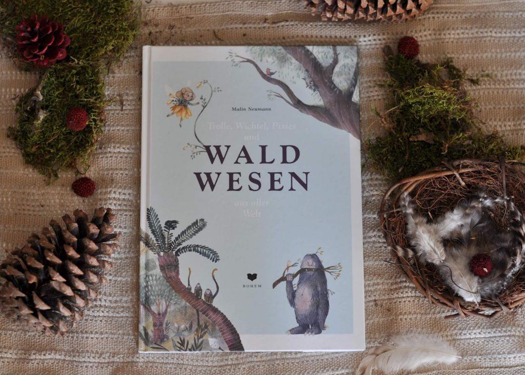 Neben bekannten Waldwesen wie Trollen, Pixies und Elfen lernt man eine Menge neuer Wesen kennen, die hier zart und wunderschön illustriert sind. Neben dem Jengi der Pygmäen, dem Nisser der Dänen und dem Leshy aus Sibirien, gibt es eine ganze Yeti-Familie zu bestaunen. #wald #wesen #yeti #pixie #fee #legende #sage #bilderbuch #kinder