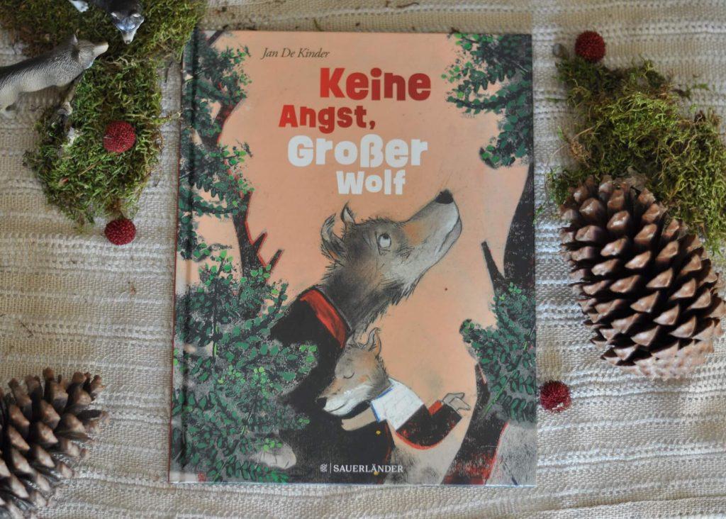 Keine Angst, Großer Wolf ist eine lustige Vater-Sohn-Geschichte mit atmosphärischen Illustrationen und einem überraschendem Ende. Denn hier erfahren wir, das der wehleidige und jammernde Große Wolf eigentlich nur die Begegnung mit Rotkäppchen nicht ganz verdaut hat. #rotkäppchen #wald #wolf #bilderbuch #kinder #buch #vorlesen #märchen #vater #papa
