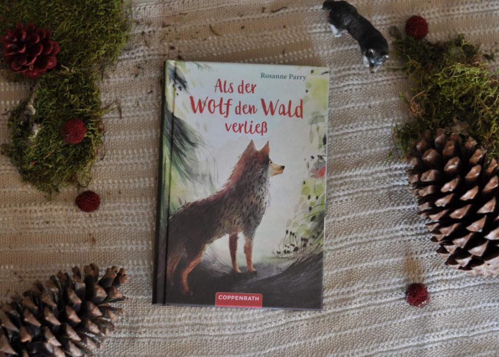 """Als der junge Wolf Flink von seinem Rudel getrennt und aus seinem Revier in den Wäldern vertrieben wird, begibt er sich auf die Suche nach einem neuen Zuhause. Auf seiner gefahrvollen Reise begegnet er Jägern, Waldbränden, einem """"schwarzen Fluss"""" voller """"Krachmacher"""" und dem Hunger – aber auch einem freundlichen Raben und der Schönheit der Natur.#wolf #wald #wanderung #reise #natur #buch #lesen #kinder #journey"""